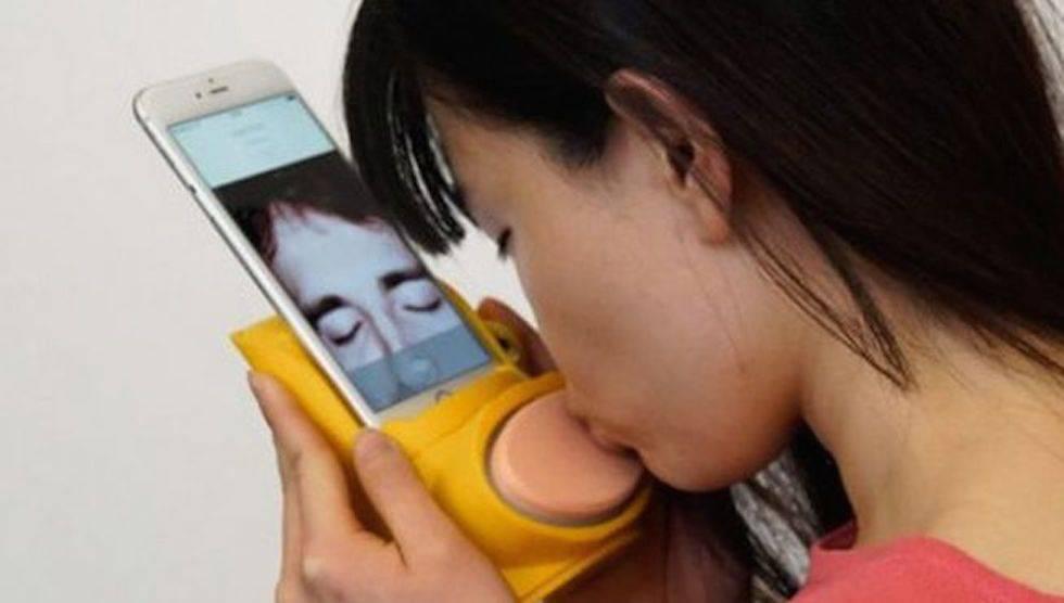 Móviles con labios y ropa interior que vibra: inventos para las relaciones a distancia