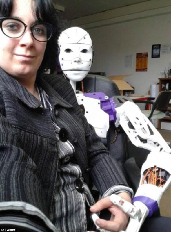 她愛上自己3D列印的機器人 打算結婚